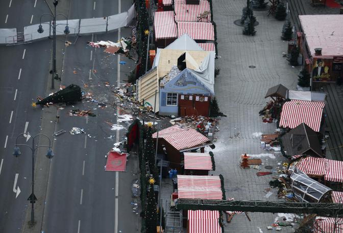 Последствия теракта в Берлине — преступник въехал в рождественскую ярмарку на грузовике, 20 декабря Фото: Hannibal Hanschke / Reuters / Scanpix / LETA