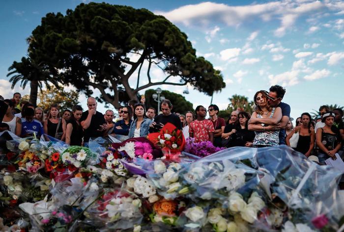 Цветы у места гибели 85 человек в Ницце, где террорист на грузовике врезался в толпу, 15 июля Фото: Ian Langsdon / EPA / LETA