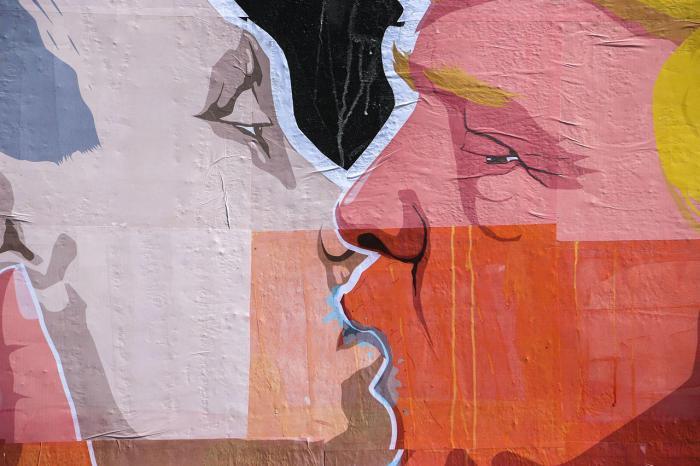 Граффити в Вильнюсе, на котором изображены Владимир Путин и Дональд Трамп, 13 мая Фото: Irmantas Gelūnas / 15min.lt / Scanpix / LETA