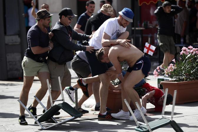 Английские и российские фанаты дерутся в Марселе во время Евро-2016, 11 июня Фото: Carl Court / Getty Images