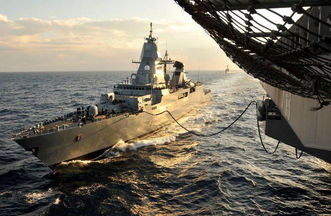 Fregata Hessen pri tankovaní