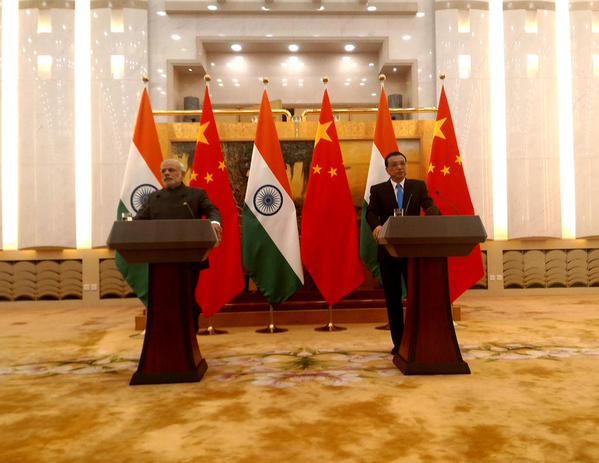 Chinese Premier Li Keqiang with his Indian counterpart Narendra Modi addressing the press following talks in the Great Hall of the People in Beijing on 15 May 2015 [Xinhua] Čínsky premiér Li Keqiang so svojím indickým náprotivkom Narendra Modim počas tlačovej konferencie po rokovaní vo Veľkej ľudovej hale v Pekingu dňa 15.mája 2015 [Xinhua]