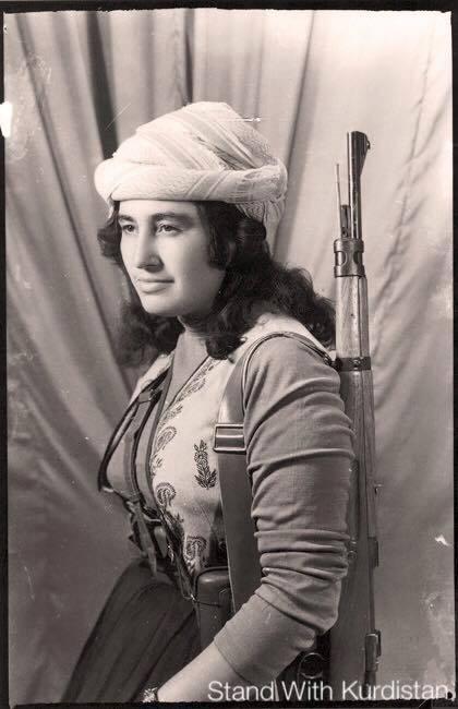 Ikonická fotka s úžasnou silou Prvá kresťanská členka kurdskej Peshmergy - niekedy v šesťdesiatych rokoch.  Modlime sa, aby sme si nemuseli podobné fotky pripomínať aj u nás. A je jedno proti akému nebezpečenstvu by náš národ musel stáť. Dôležité je uvedomiť si hrozby a nedať sa zatiahnuť do vojen a bojov, ktoré by znamenali utrpenie všetkých Slovákov.  V súčasnosti nás ohrozujú plány Bruselu, ktoré možno v mene rozbitia heterógenneho obyvateľstva Európy podporuje bezbrehú imigráciu. Bohužiaľ väčšinou z moslimských krajín a títo imigranti sa podľa všetkého práve v Európe prikláňajú k fundamentálnemu výkladu islamu, ktorý sa snaží prebrať politickú moc. Myslite na to pri pohľade na vaše dcéry, matky, sestry a manželky. Stoja za to, aby žili v mieri a bez obáv z budúcnosti