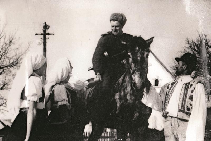 Oslobodzovanie Československa: Obyvatelia dediny Nižný Skalník v rozhovore so sovietskym rozviedčikom. Autor: VOJENSKÝ HISTORICKÝ ÚSTAV