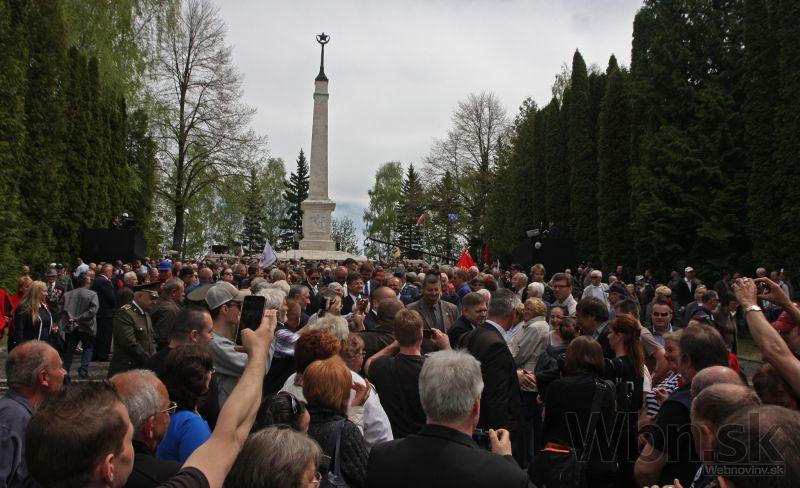 Účastníci celonárodných osláv 70. výročia ukončenia 2. svetovej vojny a Dňa víťazstva nad fašizmom na vojenskom cintoríne Háj Nicovô. (Liptovský Mikuláš, 8. máj 2015) Foto: SITA/Ministerstvo obrany SR