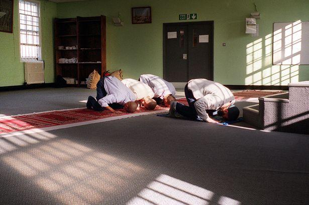 Moslimovia pri modlitbe v anglickej väznici