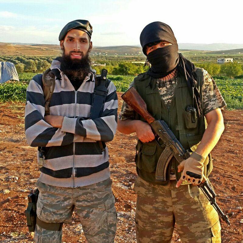 Israfil Yilmaz z Holandska (zľava) vo Fronte Al-Nusrá