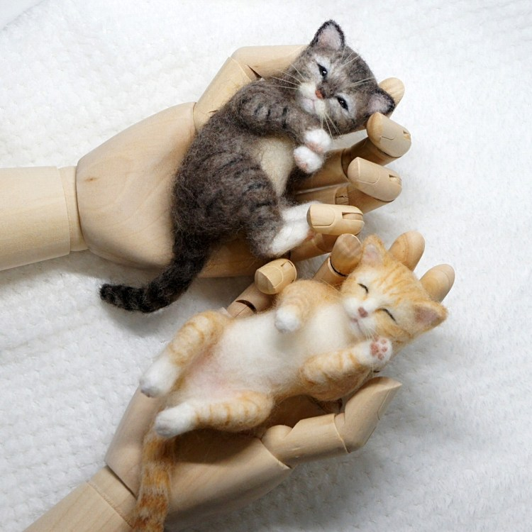 手の中でスヤスヤ。子ネコさん。羊毛フェルトの作品です。