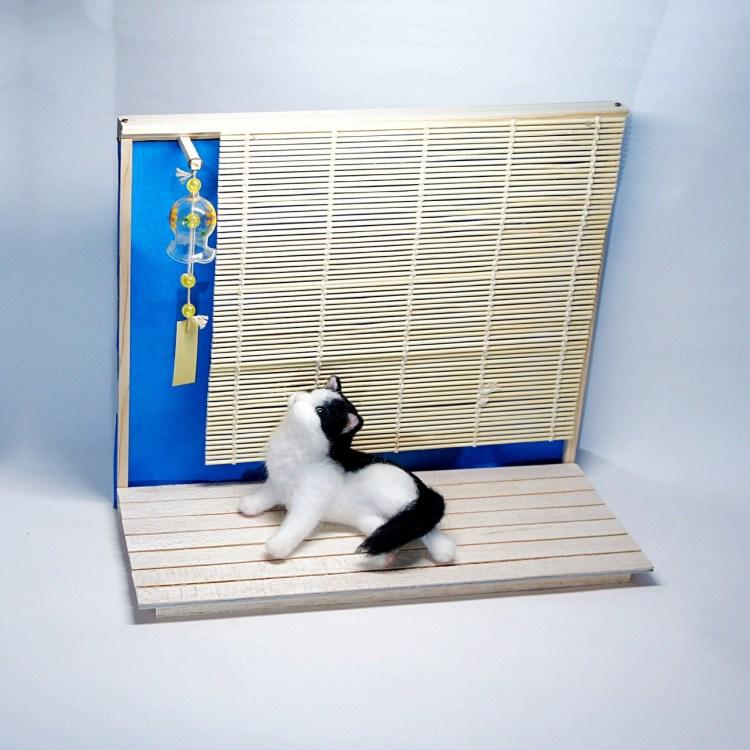 縁側で風鈴を見ているネコさんです。羊毛フェルトの作品です。