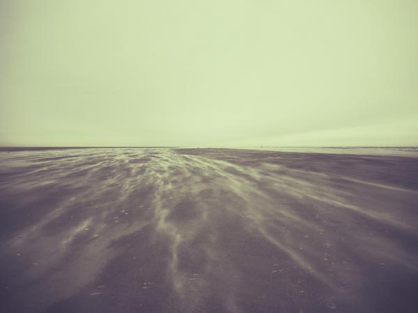 Fast schon abstrakt: Wind und Sand.