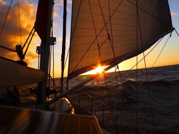 Die große Freiheit: Segeln bis zum Sonnenuntergang. © Timo Peters