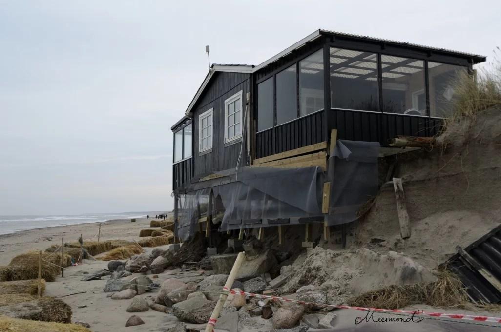 Abgestürztes Haus bei Nørlev Strand