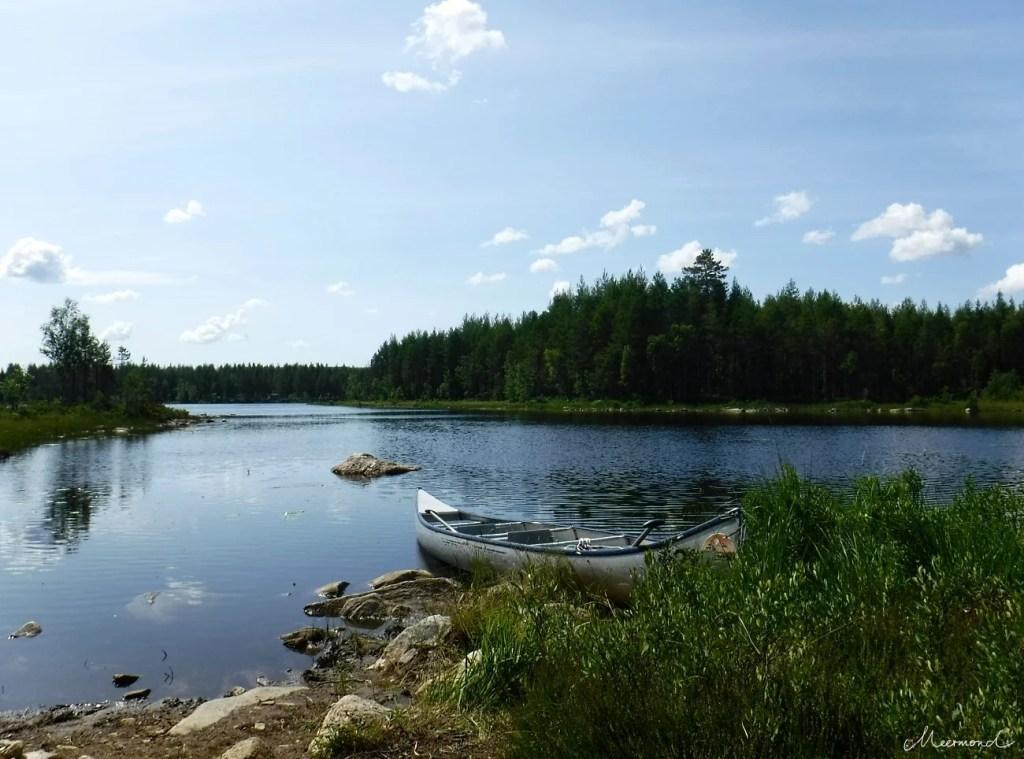 Kanu auf einem See in Schweden