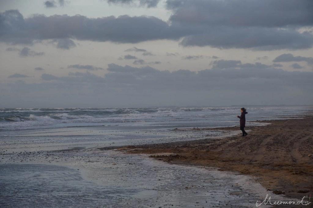 Frau Meermond steht am Meer in Dänemark