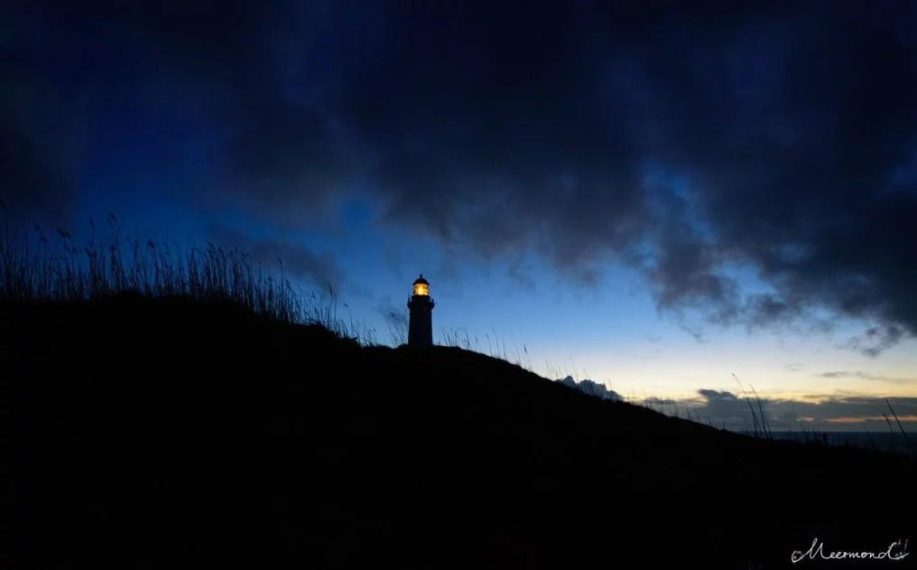 Hirtshals Leuchtturm leuchtet im Dunkeln