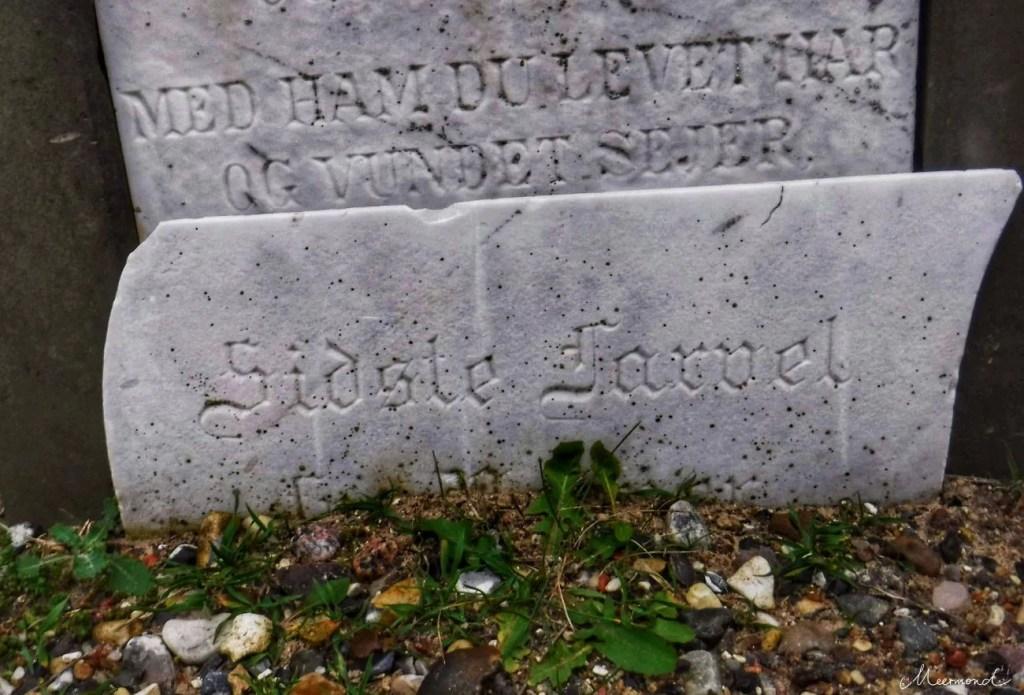 Sidste Farvel - Grabstein bei der Mårup Kirke