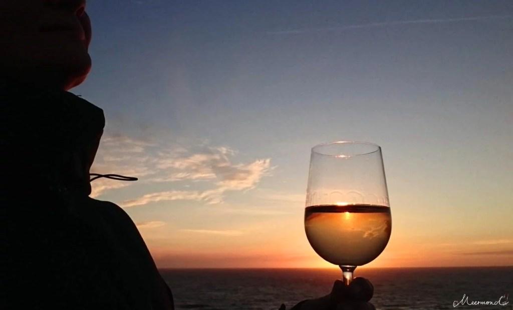 Weinglas bei Sonnenuntergang am Meer