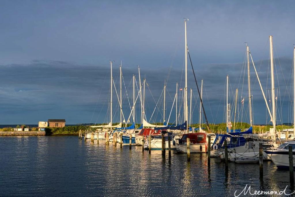 Segelboote liegen vertäut im Yachthafen von Kragenæs auf Lolland