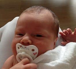 Een pasgeboren baby en de hitte