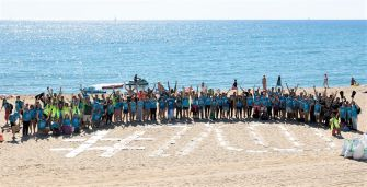 Voluntaris per netejar la Platja de la Mar Bella