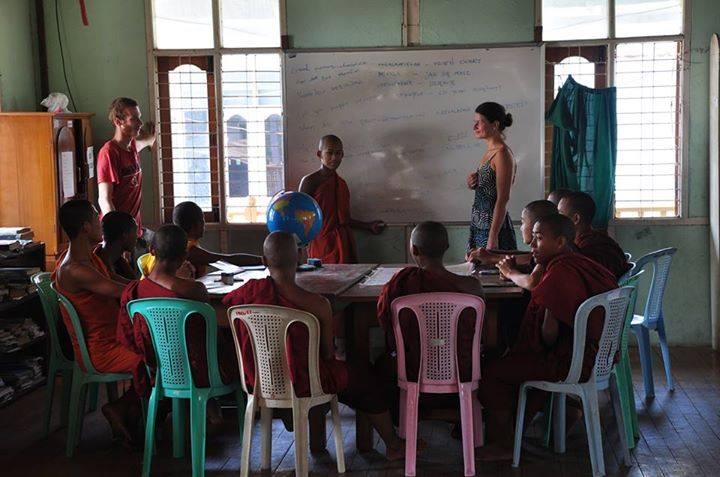 enseñando inglés y geografía en un monasterio en Mandalay, Myanmar.