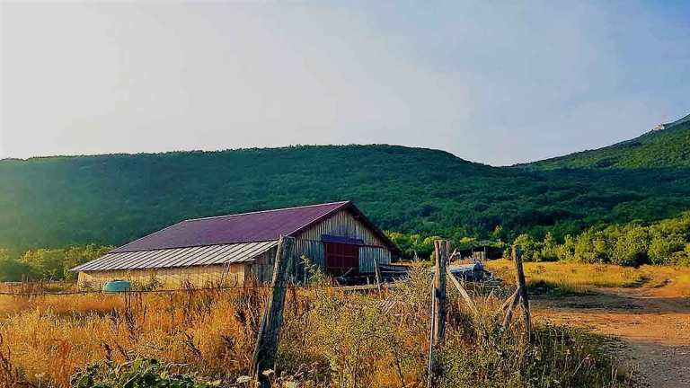 the-red-barn-at-the-start-of-the-pljesevica-mountain-hike.-Optimised