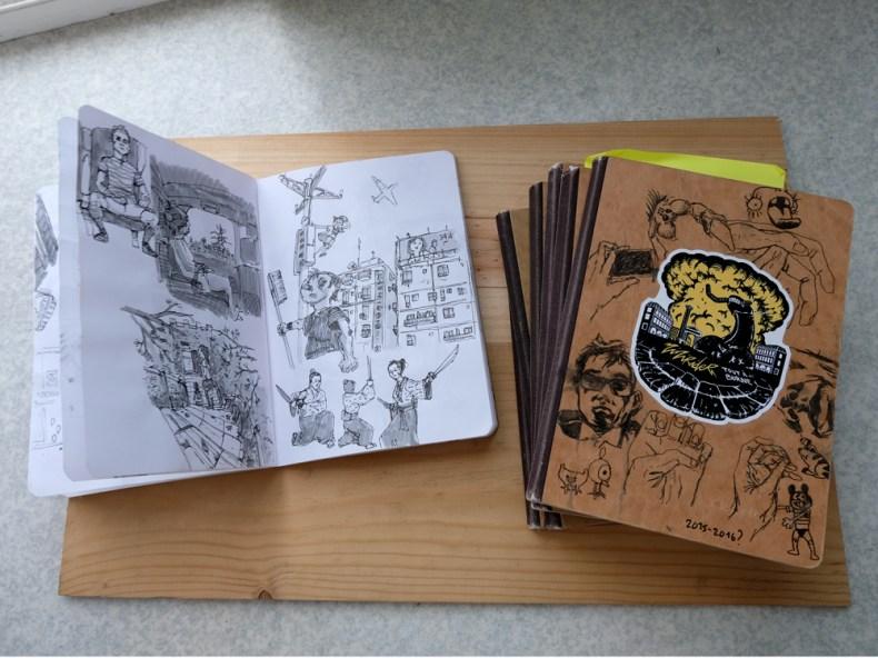 tas de carnets dessin et intérieur de carnet. Illustrations à l'encre de chine