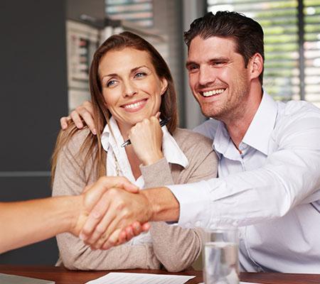 Un couple est accompagné par un consultant megAgence pour vendre son bien immobilier