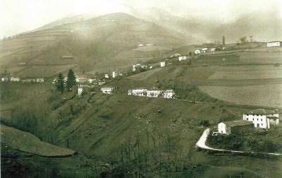 Vista antigua de Luzaide donde se obserba abajo el viejo camino y destaca la poca vegetación