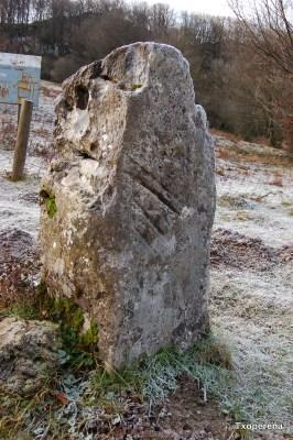 Menhir de Errolan Harria en Madotz, con las marcas de los dedos