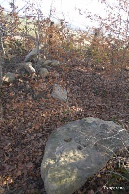 Losas de arenisca retiradas por el agricultor en Urritzmunu