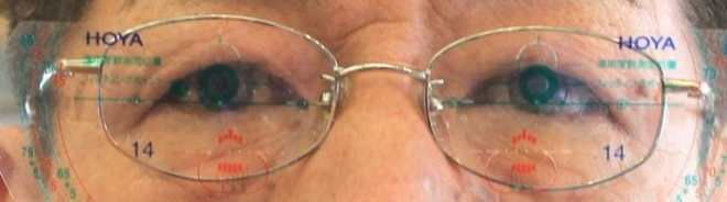 正面からの撮影 瞳孔位置の確認 (フレームが全体に少し右寄り)