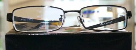 なんの変哲もない普通のメガネに見える