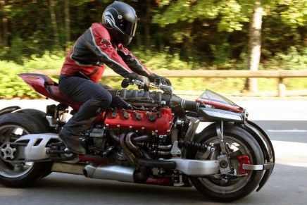 LM 847: VEA esta poderosa motocilceta de 4-Ruedas y alimentada por un motor Maserati-V8 ¡por las calles!