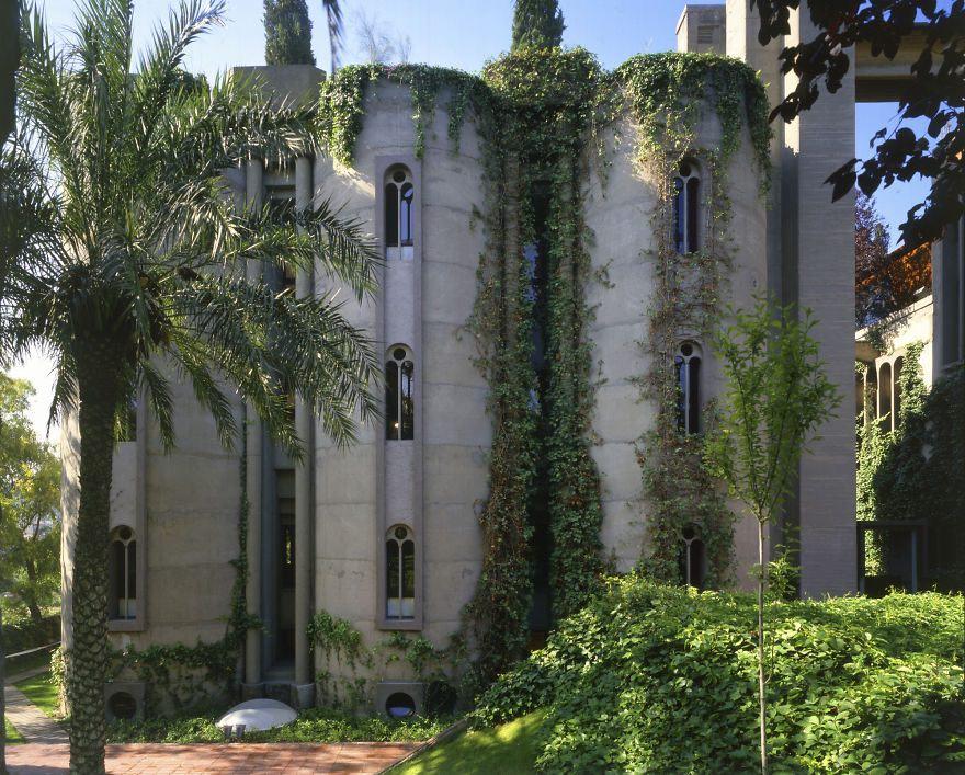 ¡Espectacular! Un arquitecto convierte una antigua fábrica de cemento en la casa de su sueños. Su interior te dejará sin aliento