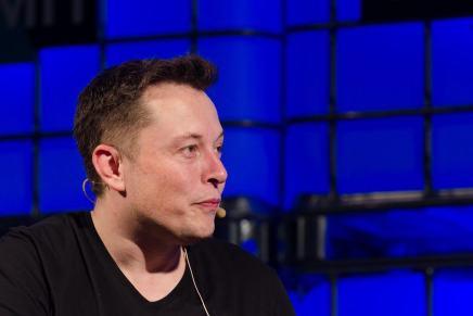 ELON MUSK está muy cerca de embolsarse $1,6 MIL MILLONES solo por cumplir con los objetivos de Tesla