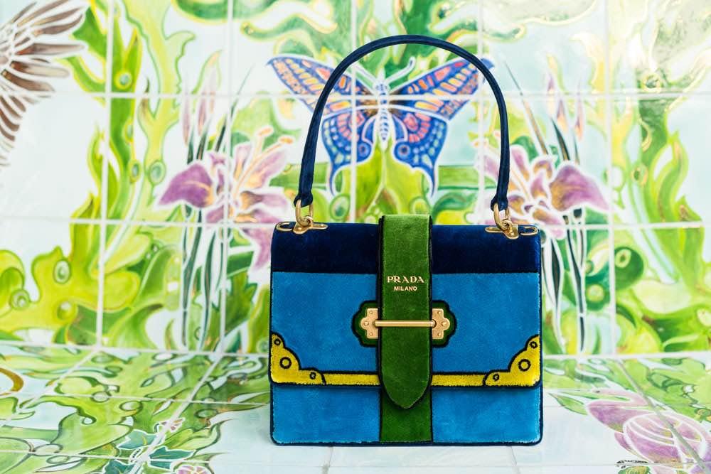 Estos elegantes bolsos Prada Velvet Cahier te levantarán el ánimo