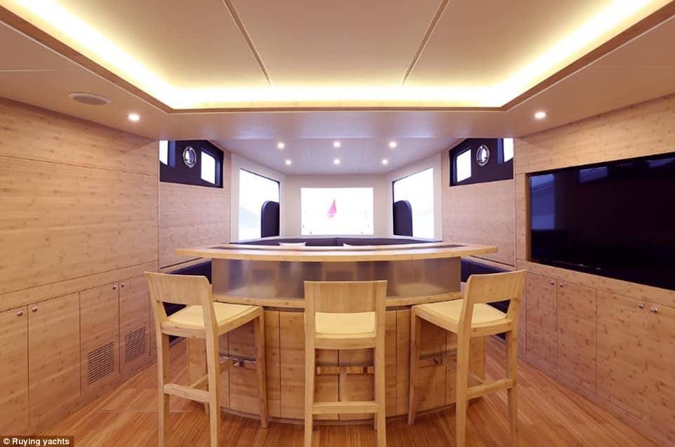 Así es el nuevo mega yate de Jackie Chan con tres cubiertas, un helipuerto, sauna e incluso una sala de karaoke