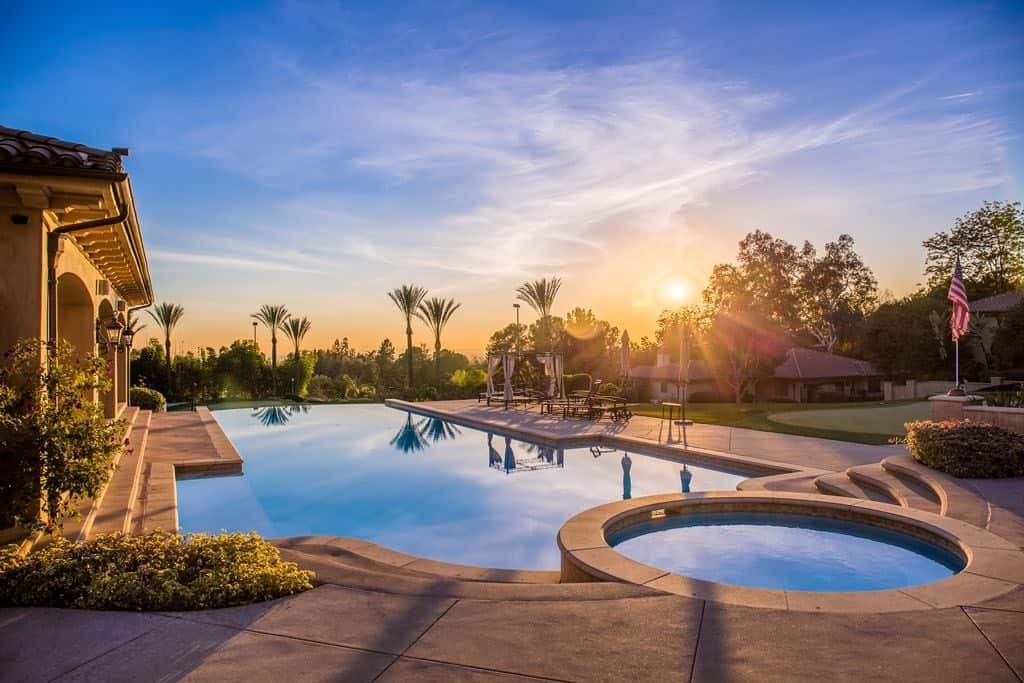 La multimillonaria heredera de In-N-Out pone su mega mansión en el sur de California por $19.8 millones