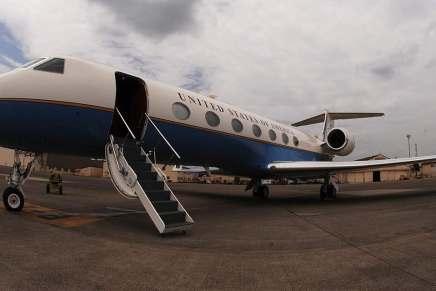 Estados Unidos deporta a los inmigrantes ilegales en ¡Lujosos Jets privados! — Y los contribuyentes pagan $300.000 cada día para devolverlos a sus países de origen