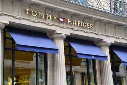 Tommy Hilfiger, acusada de plagio por una firma europea de sombreros de lujo