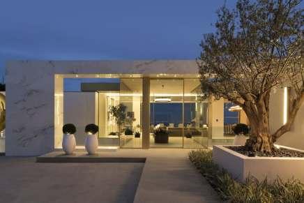 Esta opulenta mega mansión en Beverly Hills, California a la venta por $77,5 millones ¡viene con 2 coches y $3 millones en obras de arte!