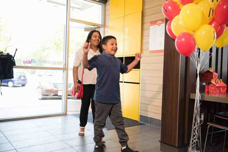 McDonald's sorprende a cinco niños antes de la Copa Mundial de la FIFA