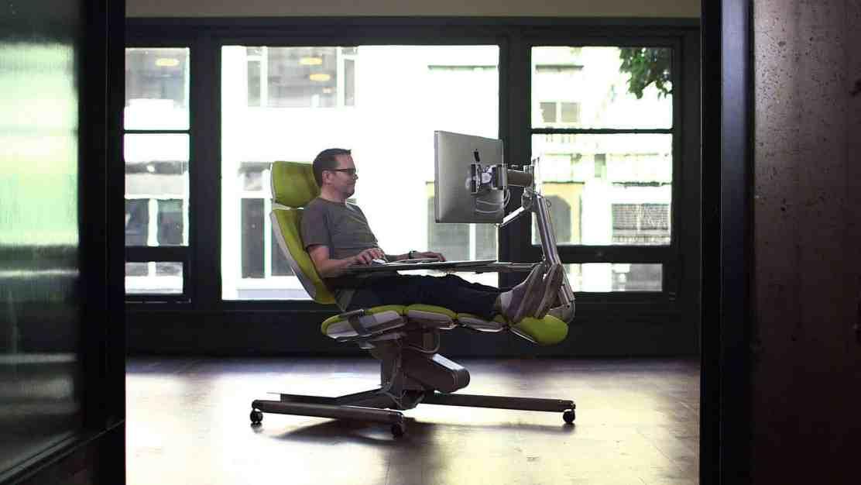 Altwork Station: Esta estación de trabajo de $5.900 te permite trabajar acostado mientras escribes