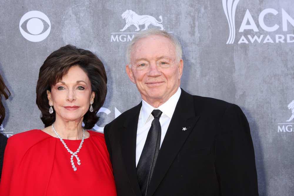 Jerry Jones y su esposa de 56 años Eugenia Jones.