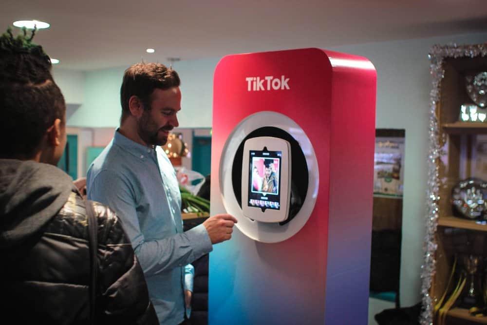 TikTok, la aplicación más popular del mundo sobrepasa los 1.000 millones de usuarios y convierte a su creador en multimillonario