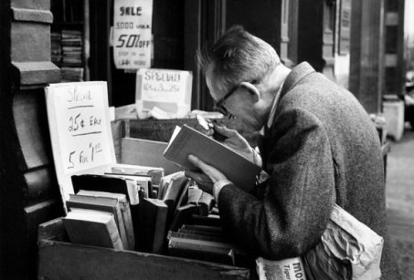 kertesz-man-reading-with-magniflyng-glass-newyork-1959