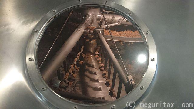 仕込み窯・のぞき窓から見える麦芽粉砕状況