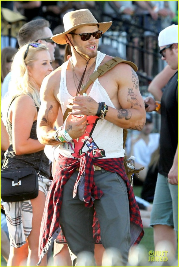 kellan-lutz-gun-show-at-coachella-02