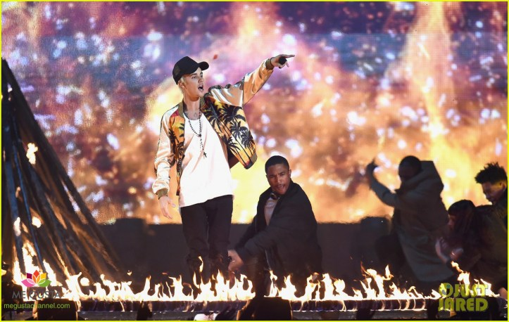 LONDON, ENGLAND - FEBRUARY 24:  Justin Bieber performs on stage at the BRIT Awards 2016 at The O2 Arena on February 24, 2016 in London, England.  (Photo by Ian Gavan/Getty Images)